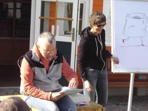 """Lesung mit der Illustratorin Sabine Wilharm auf Helgoland (Zeichnung zu dem Gedicht """"Die Tüte"""")."""